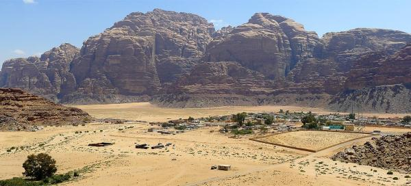 Walk around the town of Wadi Rum